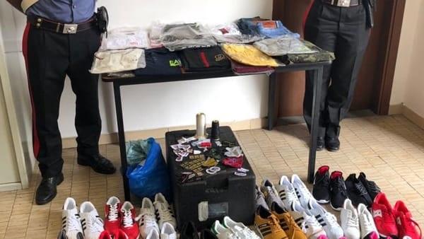 Caselle  vendeva scarpe e abbigliamento contraffatti. I carabinieri  denunciano senegalese di 39 anni ad453924c0f